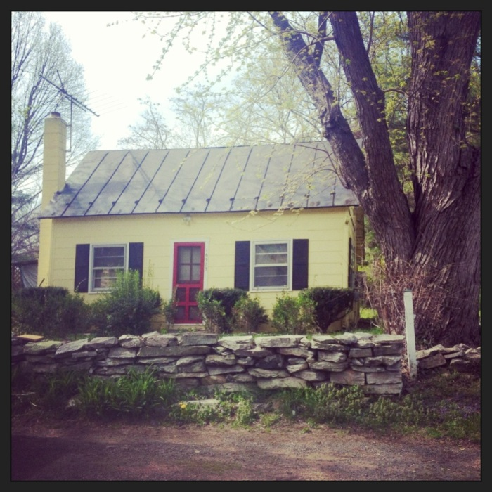 Adorable yellow cottage in Paeonian Springs.